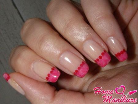 стильный розовый французский маникюр