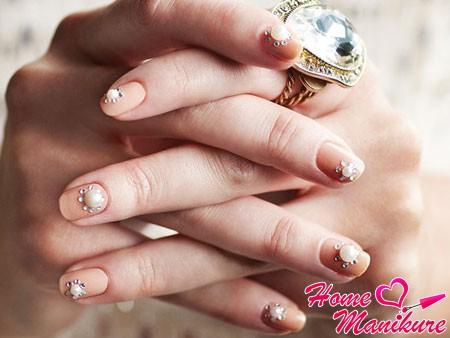 свадебный дизайн ногтей с объемными украшениями