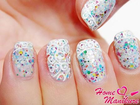 свадебный дизайн ногтей с разноцветным глиттером и кружевом