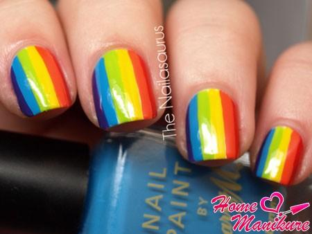 вертикальные радужные полоски на ногтях