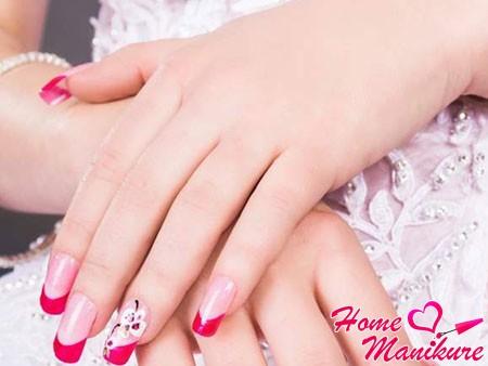 яркий свадебный маникюр с цветком на безымянном пальце