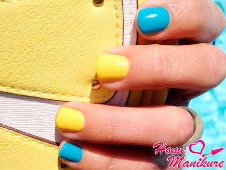 желто-голубые короткие ногти