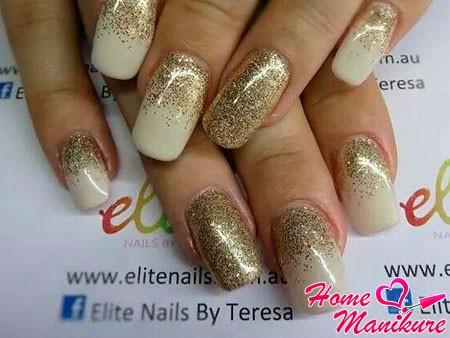 золотой песок на ногтях