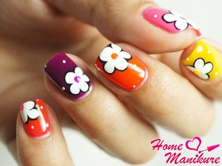 белые цветы на разноцветных ногтях