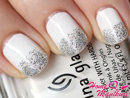 белые ногти с серебряными блестками