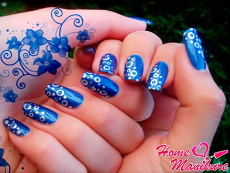 белые пузыри на синих ногтях