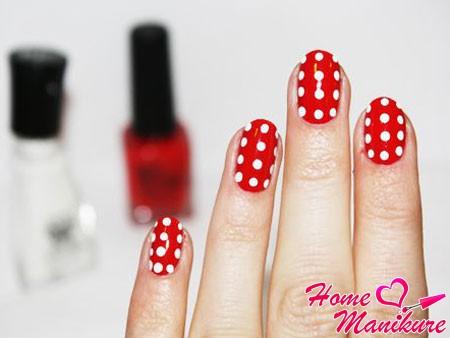 белый горох на красных ногтях