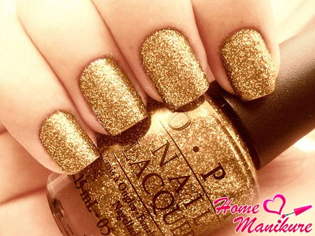 блестящий золотой дизайн ногтей