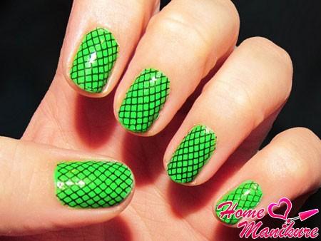 черная сеточка на зеленых ногтях