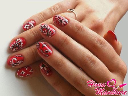 черно-белый рисунок на красных ногтях