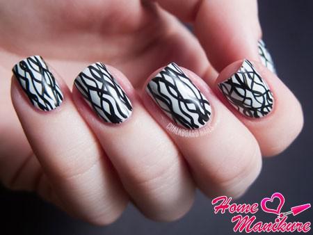 черные скользящие линии на белых ногтях