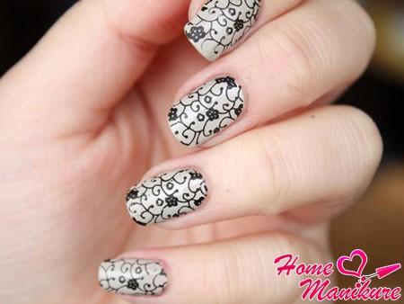 черный рисунок стемпингом на ногтях