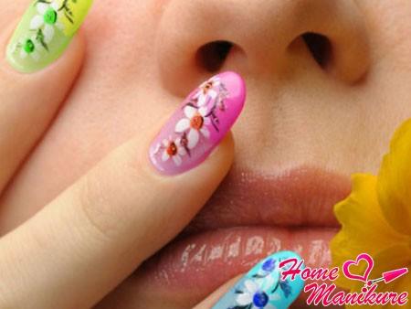 цветочный нейл-арт на ногтях разного цвет