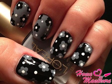 дизайн ногтей с цветами в темных тонах