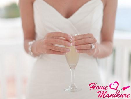 элегантный френч на коротких ногтях невесты
