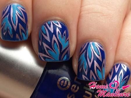 флористический дизайн ногтей в синих тонах