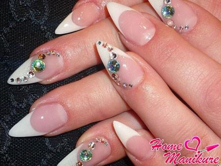 французский маникюр на ногтях стилет