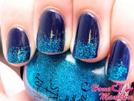 голубой глиттер на синих ногтях