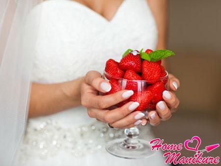 классический французский маникюр на руках невесты