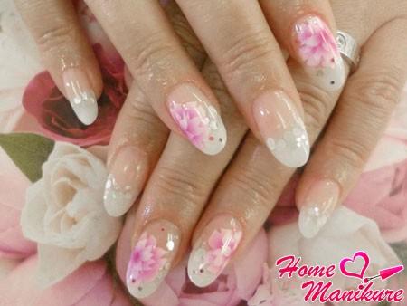 красивые цветы и крупный глиттер на ногтях