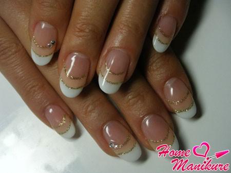 красивые овальные ногти с золотыми блестками