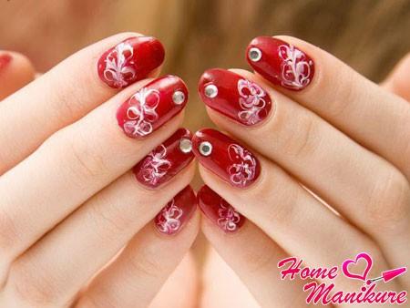 красные ногти с белыми узорами
