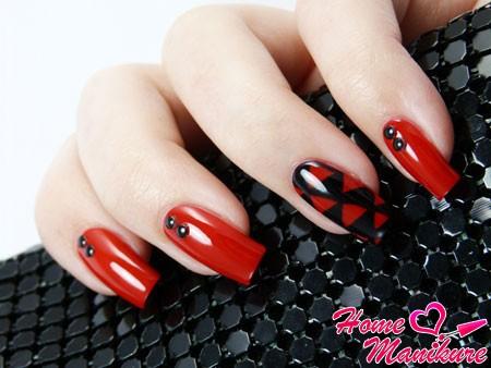 красные ногти с черным рисунком на среднем пальце