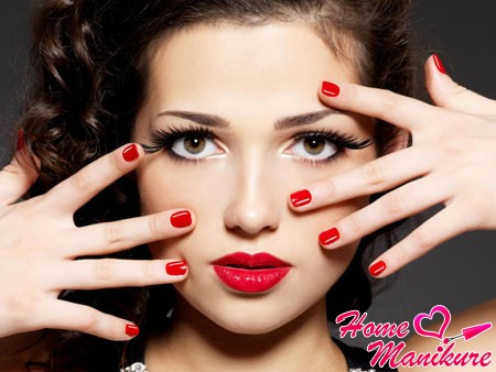 красный дизайн на коротких ногтях