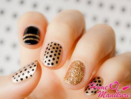 легкий черно-золотой дизайн ногтей