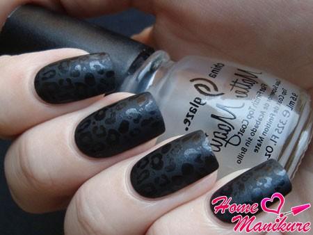 леопардовый принт на черных ногтях