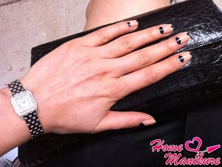 лунный дизайн ногтей с элементами френча