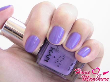 маникюр с модным фиолетовым оттенком на ногтях