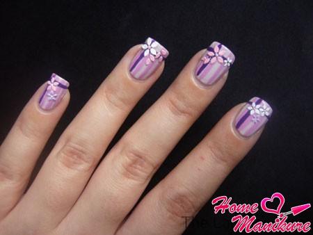модный полосатый маникюр с цветками