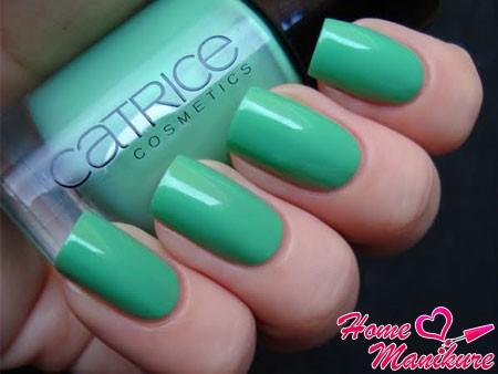 модный салатовый цвет на квадратных ногтях