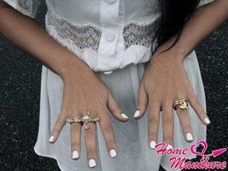 монотонные белые ногти