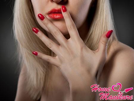 насыщенный красный цвет ногтей