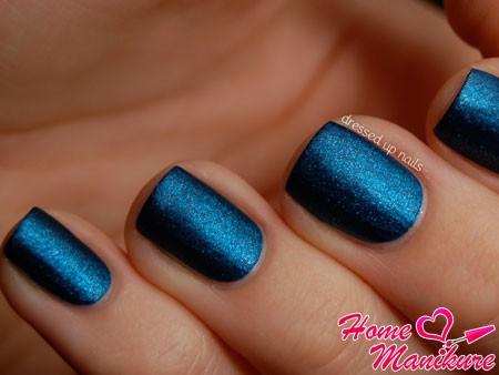 насыщенный синий лак для ногтей