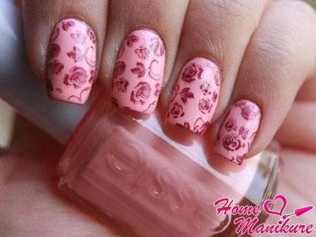 нежно-розовый цветочный нейл-арт