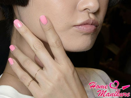 нежно-розовый пастельный дизайн ногтей