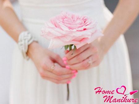 однотонный нежно-розовый маникюр невесты