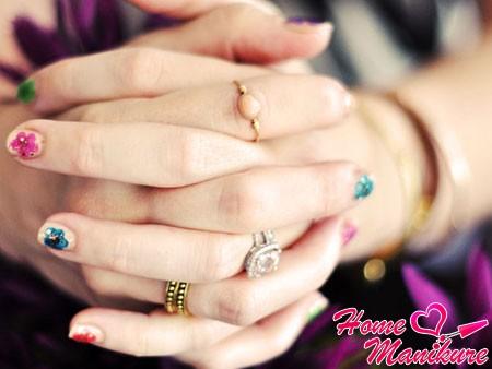 разноцветные цветы на коротких ногтях