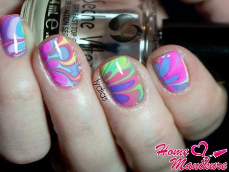 разноцветный дизайн ногтей с помощью воды