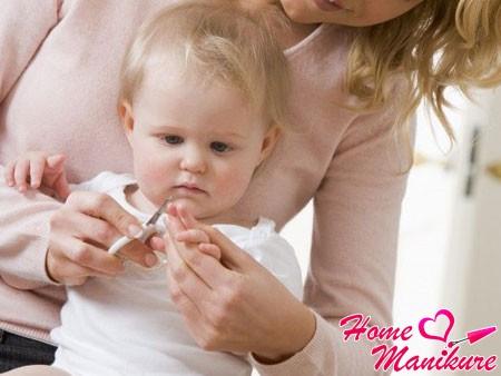 Как и когда стричь ногти новорожденному и взрослому?