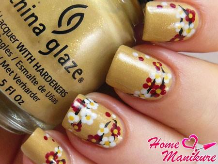 рисунок сакуры на золотых ногтях
