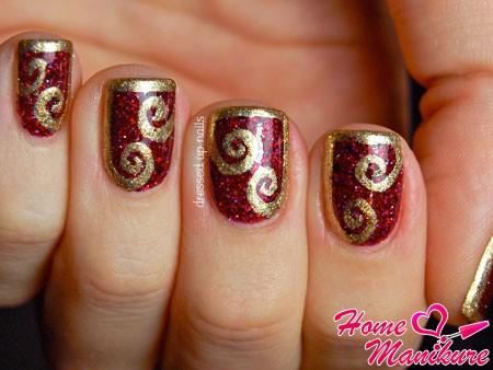 роскошное золото на красных ногтях