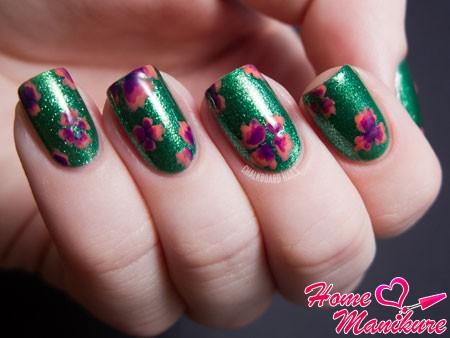сдержанный цветочный нейл-арт на зеленом лаке