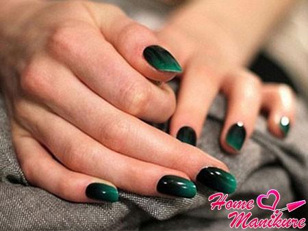 сдержанный темно-зеленый маникюр омбре