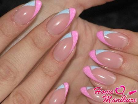 стильный френч на миндалевидных ногтях