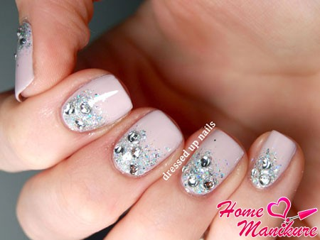 свадебный дизайн коротких ногтей с блестками и стразами