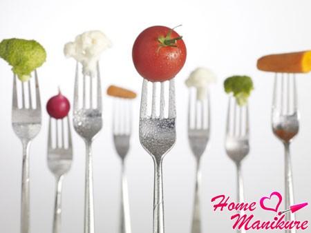 свежие овощи и фрукты содержат витамины для ногтей